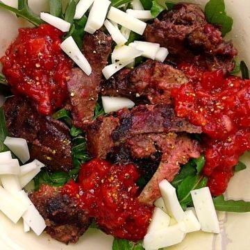 Sałatka z wątróbką i truskawkowym sosem