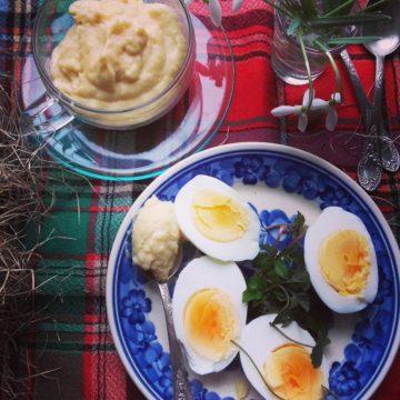 Wielkanocny chrzan z jajkami na parze