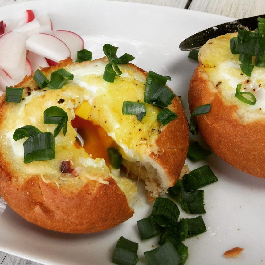 Zapiekane bułeczki z sadzonym jajkiem