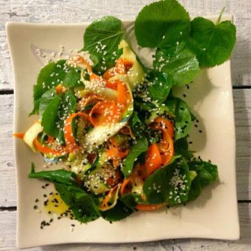 Majowa sałatka z listkami lipy