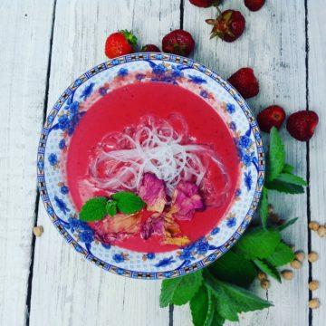 Truskawkowa zupa krem z mlekiem kokosowym